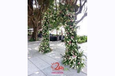 Dịch vụ cưới hỏi 24h trọn vẹn ngày vui chuyên trang trí nhà đám cưới hỏi và nhà hàng tiệc cưới | Cổng hoa tươi màu xanh lá chen màu hồng cho đám cưới sân vườn (2)