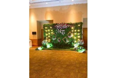 Dịch vụ cưới hỏi 24h trọn vẹn ngày vui chuyên trang trí nhà đám cưới hỏi và nhà hàng tiệc cưới | Cung cấp phông cưới kết cụm hoa hồng tươi với khung ảnh lung linh trong ánh đèn vàng