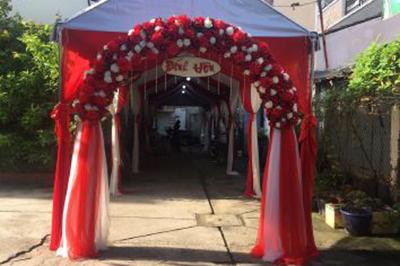 Dịch vụ cưới hỏi 24h trọn vẹn ngày vui chuyên trang trí nhà đám cưới hỏi và nhà hàng tiệc cưới | Cung cấp trọn gói cổng cưới hoa vải tông đỏ rực rỡ chân voan (2)
