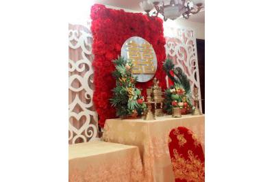 Dịch vụ cưới hỏi 24h trọn vẹn ngày vui chuyên trang trí nhà đám cưới hỏi và nhà hàng tiệc cưới | Dịch vụ trang trí bàn thờ gia tiên mang sắc đỏ của hoa hồng và chữ song hỷ