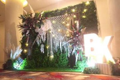 Dịch vụ cưới hỏi 24h trọn vẹn ngày vui chuyên trang trí nhà đám cưới hỏi và nhà hàng tiệc cưới | Dịch vụ trang trí phông chụp ảnh lãng mạn với sự kết của lông vũ, đèn, lưới đặc biệt (2)