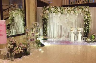 Dịch vụ cưới hỏi 24h trọn vẹn ngày vui chuyên trang trí nhà đám cưới hỏi và nhà hàng tiệc cưới | Dịch vụ trang trí phông chụp ảnh lãng mạn với sự kết của lông vũ, đèn, lưới đặc biệt (3)