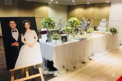 Dịch vụ cưới hỏi 24h trọn vẹn ngày vui chuyên trang trí nhà đám cưới hỏi và nhà hàng tiệc cưới | Mâu bàn ký tên mang sắc trắng từ vải voan và tông xanh của hoa lá