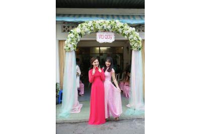 Dịch vụ cưới hỏi 24h trọn vẹn ngày vui chuyên trang trí nhà đám cưới hỏi và nhà hàng tiệc cưới | Mẫu cổng cưới hoa vải chân voan nhã nhặn tông trắng trắng