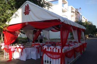 Dịch vụ cưới hỏi 24h trọn vẹn ngày vui chuyên trang trí nhà đám cưới hỏi và nhà hàng tiệc cưới | Mẫu khung rạp cưới hàng rào tình yêu vải voan đỏ