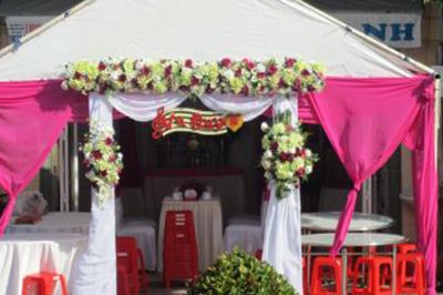 Dịch vụ cưới hỏi 24h trọn vẹn ngày vui chuyên trang trí nhà đám cưới hỏi và nhà hàng tiệc cưới | Mẫu khung rạp được tô điểm các nụ hoa vải mang sắc hồng trắng