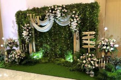 Dịch vụ cưới hỏi 24h trọn vẹn ngày vui chuyên trang trí nhà đám cưới hỏi và nhà hàng tiệc cưới | Mẫu phông cưới hòa cùng thiên nhiên với sắc xanh của lá và tươi sáng của hoa hồng