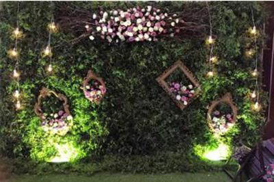 Dịch vụ cưới hỏi 24h trọn vẹn ngày vui chuyên trang trí nhà đám cưới hỏi và nhà hàng tiệc cưới | Mẫu phông cưới mang phong cách cổ tích với lá cây cùng hoa hồng tươi và khung kính cổ điển