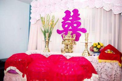 Dịch vụ cưới hỏi 24h trọn vẹn ngày vui chuyên trang trí nhà đám cưới hỏi và nhà hàng tiệc cưới | Mẫu trang trí bàn thờ gia tiên ngày cưới với hoa giấy tông trắng