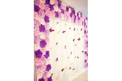 Dịch vụ cưới hỏi 24h trọn vẹn ngày vui chuyên trang trí nhà đám cưới hỏi và nhà hàng tiệc cưới | Mẫu trang trí phông cưới backdrop nhà hàng với hoa giấy (3)