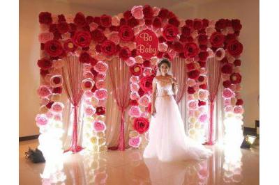 Dịch vụ cưới hỏi 24h trọn vẹn ngày vui chuyên trang trí nhà đám cưới hỏi và nhà hàng tiệc cưới | Mẫu trang trí phông cưới backdrop nhà hàng với hoa giấy (4)