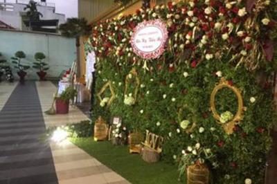Dịch vụ cưới hỏi 24h trọn vẹn ngày vui chuyên trang trí nhà đám cưới hỏi và nhà hàng tiệc cưới | Phông cưới, backdrop kết hợp với khung ảnh cùng lồng chim, hoa hồng tươi rất đẹp