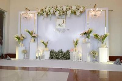 Dịch vụ cưới hỏi 24h trọn vẹn ngày vui chuyên trang trí nhà đám cưới hỏi và nhà hàng tiệc cưới | Phông cưới backdrop thanh lịch với sắc trắng kết từ hoa lan và hoa hồng