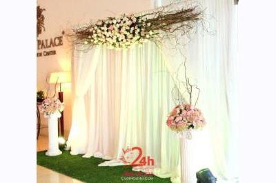 Dịch vụ cưới hỏi 24h trọn vẹn ngày vui chuyên trang trí nhà đám cưới hỏi và nhà hàng tiệc cưới | Phông cưới chụp ảnh bằng hoa tươi và voan màu hồng pastel nhẹ nhàng (1)