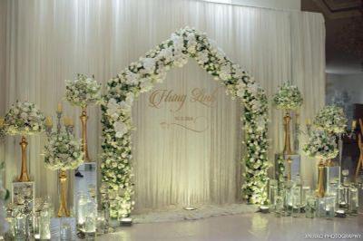 Dịch vụ cưới hỏi 24h trọn vẹn ngày vui chuyên trang trí nhà đám cưới hỏi và nhà hàng tiệc cưới | Phông cưới gam trắng từ vải voan cùng những nụ hoa hồng, lan, tú cầu tươi đẹp