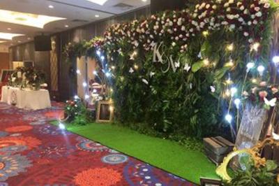 Dịch vụ cưới hỏi 24h trọn vẹn ngày vui chuyên trang trí nhà đám cưới hỏi và nhà hàng tiệc cưới | Trang trí backdop cưới hỏi với hoa hồng tươi và lá xanh tươi mát (1)