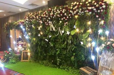 Dịch vụ cưới hỏi 24h trọn vẹn ngày vui chuyên trang trí nhà đám cưới hỏi và nhà hàng tiệc cưới | Trang trí backdop cưới hỏi với hoa hồng tươi và lá xanh tươi mát (2)