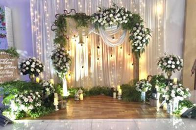 Dịch vụ cưới hỏi 24h trọn vẹn ngày vui chuyên trang trí nhà đám cưới hỏi và nhà hàng tiệc cưới | Trang trí backdrop chụp ảnh rustic ngập trành hoa hồng và lá cùng ánh nến lung linh