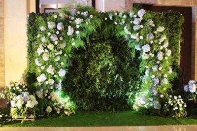 Dịch vụ cưới hỏi 24h trọn vẹn ngày vui chuyên trang trí nhà đám cưới hỏi và nhà hàng tiệc cưới | Trang trí backdrop chụp ảnh sang trọng kết bằng hoa cẩm tú cầu cùng phủ lá xanh đẹp mắt