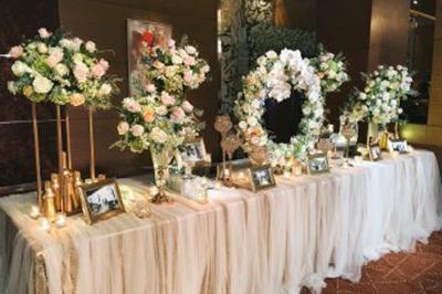 Dịch vụ cưới hỏi 24h trọn vẹn ngày vui chuyên trang trí nhà đám cưới hỏi và nhà hàng tiệc cưới | Trang trí bàn ký tên với khung ảnh, hoa hồng và cẩm tú cầu cùng nến