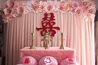 Dịch vụ cưới hỏi 24h trọn vẹn ngày vui chuyên trang trí nhà đám cưới hỏi và nhà hàng tiệc cưới | Trang trí bàn thờ gia tiên ngày cưới với hoa giấy tông hồng pastel