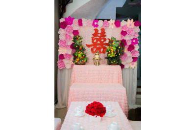 Dịch vụ cưới hỏi 24h trọn vẹn ngày vui chuyên trang trí nhà đám cưới hỏi và nhà hàng tiệc cưới | Trang trí bàn thờ gia tiên ngày cưới với hoa giấy tông tím hồng (1)