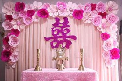 Dịch vụ cưới hỏi 24h trọn vẹn ngày vui chuyên trang trí nhà đám cưới hỏi và nhà hàng tiệc cưới | Trang trí bàn thờ gia tiên ngày cưới với hoa giấy tông tím hồng (2)