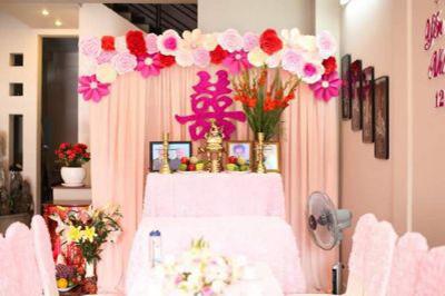 Dịch vụ cưới hỏi 24h trọn vẹn ngày vui chuyên trang trí nhà đám cưới hỏi và nhà hàng tiệc cưới | Trang trí bàn thờ gia tiên ngày cưới với hoa giấy tông tím hồng (3)