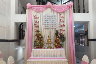 Dịch vụ cưới hỏi 24h trọn vẹn ngày vui chuyên trang trí nhà đám cưới hỏi và nhà hàng tiệc cưới | Trang trí bàn thờ gia tiên với vải voan gam hồng lãng mạn