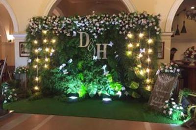 Dịch vụ cưới hỏi 24h trọn vẹn ngày vui chuyên trang trí nhà đám cưới hỏi và nhà hàng tiệc cưới | Trang trí phông chụp ảnh tông xanh lá lung linh dưới ánh đèn vàng điểm hoa hồng đẹp