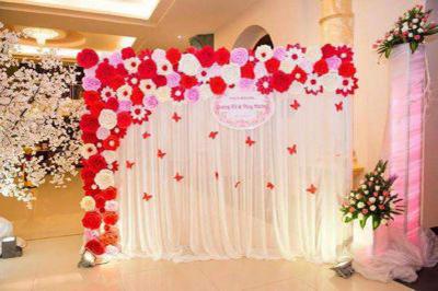 Dịch vụ cưới hỏi 24h trọn vẹn ngày vui chuyên trang trí nhà đám cưới hỏi và nhà hàng tiệc cưới | Trang trí phông cưới backdrop nhà hàng với hoa giấy (1)