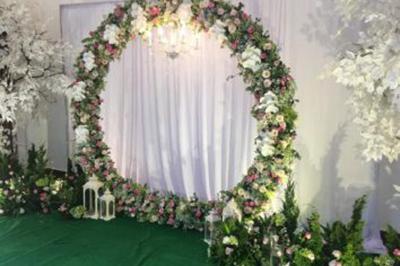 Dịch vụ cưới hỏi 24h trọn vẹn ngày vui chuyên trang trí nhà đám cưới hỏi và nhà hàng tiệc cưới | Trang trí phông cưới backdrop với hoa tươi kết hình tròn sang trọng (2)