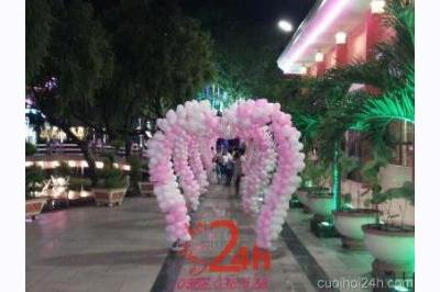 Dịch vụ cưới hỏi 24h trọn vẹn ngày vui chuyên trang trí nhà đám cưới hỏi và nhà hàng tiệc cưới | Cổng bong bóng trái tim màu hồng