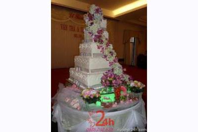 Dịch vụ cưới hỏi 24h trọn vẹn ngày vui chuyên trang trí nhà đám cưới hỏi và nhà hàng tiệc cưới | Trang trí bánh kem nhà hàng với phông lan tím và cẩm tú cầu