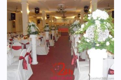Dịch vụ cưới hỏi 24h trọn vẹn ngày vui chuyên trang trí nhà đám cưới hỏi và nhà hàng tiệc cưới | Trang trí không gian nhà hàng với các trụ hoa tươi