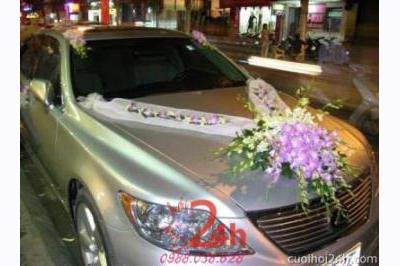 Dịch vụ cưới hỏi 24h trọn vẹn ngày vui chuyên trang trí nhà đám cưới hỏi và nhà hàng tiệc cưới | Xe cưới màu bạc kết hoa phong lan trắng tím